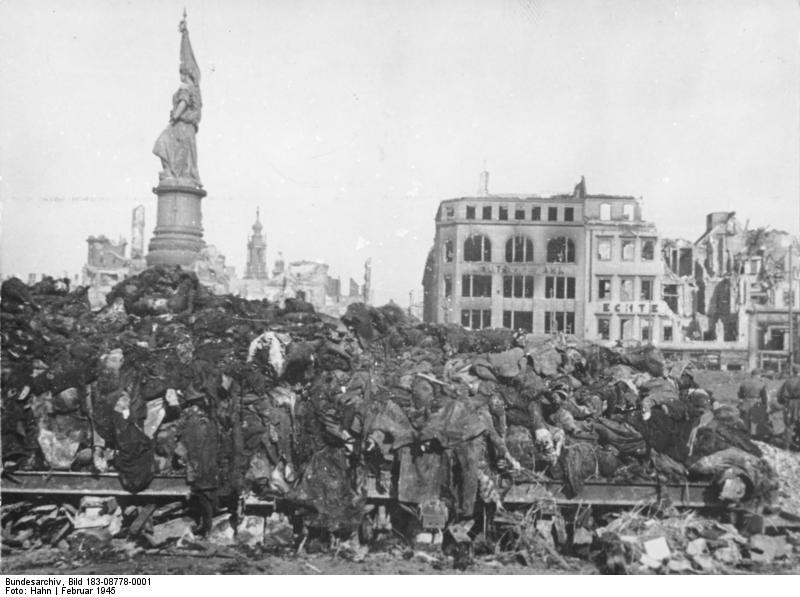 Illus/Hahn 2.12.50 Zehntausende von Toten wurden in den Straßen Dresdens in hohen Stapeln auf Roste geschichtet und, zum Teil ohne Identifizierung, verbrannt.
