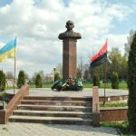 Stepan Bandera's monument in Buchach, Ukraine with the flag (right) of a neo-Nazi Ukrainian political organization